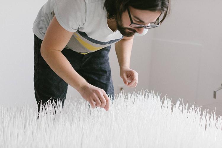 «Вследующем проекте мыбудем сочетать абстрактную живопись смоей бумажной историей. Это давнишняя задумка. Пока таких произведений мало, нояработаю над этим»