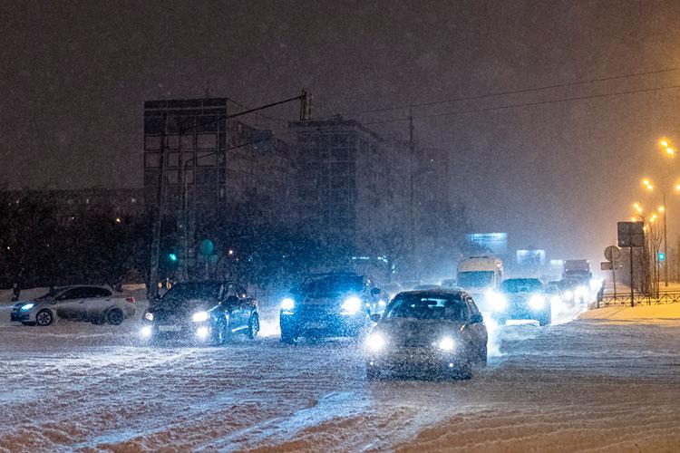 Автолюбителям вМЧС РТпосоветовали соблюдать скоростной режим надорогах, отказаться отлишних маневров иизбегать резких торможений