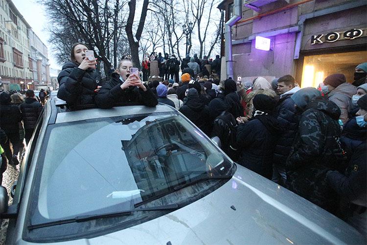«Скажем, вышло 12 тысяч человек на улицы. Завтра их будет 120, а потом 240. Это очень быстро происходит при определенном стечении обстоятельств, потому что уровень социального недовольства в России очень высокий. И этих молодых людей неожиданно может поддержать кто угодно. То, что мы уже наблюдали на Болотной»