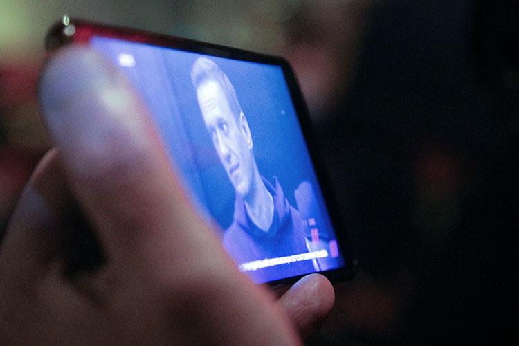 «Алексей Навальный просто паразитирует на теме дворца, а надо поменять социальную систему в России и во многом вернуться на социалистические принципы построения экономики. В том числе налог на сверхбогатство должен быть просто колоссальный, людоедский, чтобы никому не хотелось быть богатыми. А Навальный не борец с системой»