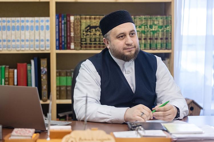 Рустам хазрат Хайруллин: «Мечеть наша молодая,всвое время первый имам мечети Хатыпхазрат, пусть Всевышний упокоит его враю, выбрал имя «Гаиля», тоесть, по-татарски «семья»
