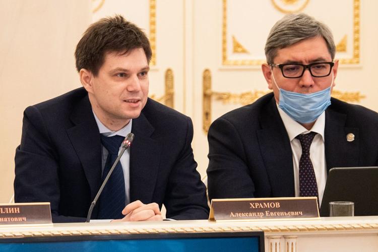 Далее Минниханов пригласил выступить молодого ученогоАлександра Храмова. Сфера его научного познания— скрытые черепной коробкой процессы, происходящих вголовном мозге