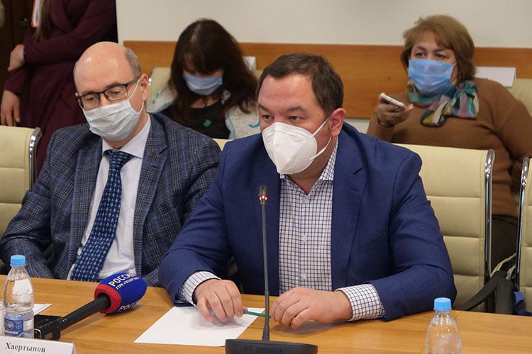 Марат Гатауллин (справа)сообщил, что, послушав все, что говорят накруглом столе, ему захотелось прогулять некоторых коллег по«красной зоне» инфекционки
