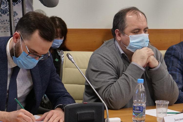 Дмитрий Лопушов (справа)сказал, что результат вакцинации втом, что человек приобретает иммунитет ккоронавирусной инфекции, ионнесможет заболеть