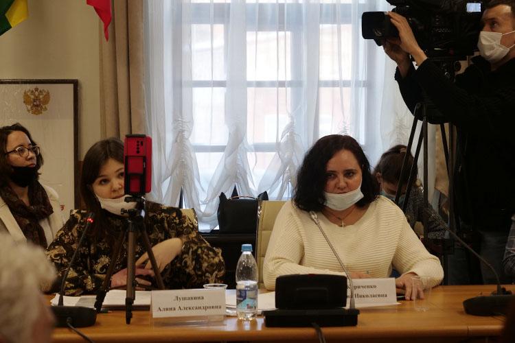 Алина Лушавина (в центре):«Предупреждаете ли вы население вашего региона о том, что проводится третий этап клинических испытаний, и что вакцина не прошла еще все нормы, какие должны быть? Даете ли вы какие-то гарантии безопасности вакцины на отдаленные последствия?»