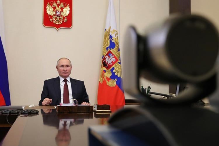 """Владимир Путин:«Если вы, Антон Германович, говорите, что там 200 процентовот региона, тоунее должно быть 78тысяч. Где деньги, Зин? Она сидит напротив, в""""телевизере"""", как вдеревне говорят. Унее 25тысяч, адолжно быть 78тысяч»"""