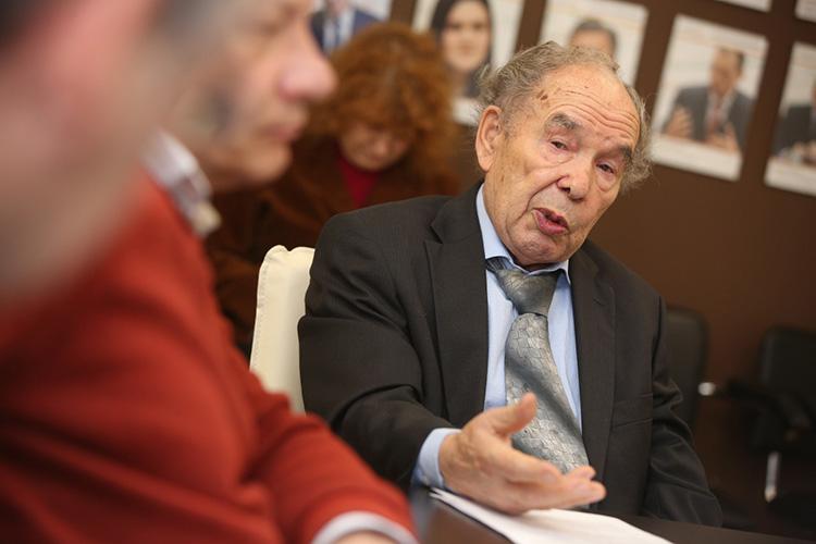 Индус Тагиров:«Зарплата умногих [ученых], также как иввузах, очень маленькая, недостаточная. Нам приходится вспоминать советские времена, когда наши преподаватели, доценты, профессора оплачивались очень хорошо, асейчас вот этогонет»