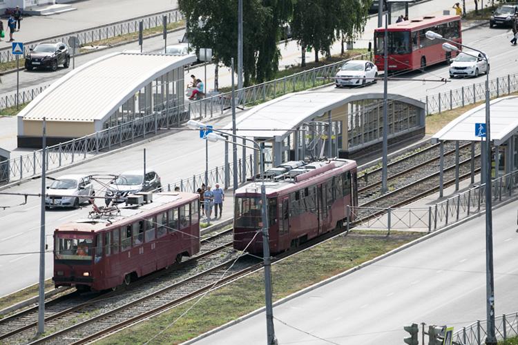На40 минут отключили электропитание, все трамваи итроллейбусы, которые проезжали научастке, встали. Пассажиры измашин ушли. Вэтом слабость электротранспорта: если автобус взял ипоехал дальше, тотроллейбусы итрамваи стоят