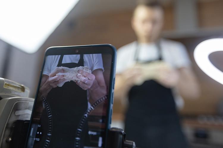 Дмитрий Ознобишин: «Если честно, незакем внимательно неслежу, ноинтересуюсьдругими фуд-блогерами или теми, укого тематика пересекается смоей: дизайн кухонь, посуда ипрочее»
