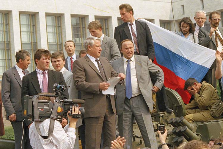 «УЕльцина был большой опыт руководства. Как раз для всех чиновников, тогдашних силовиков, большой государственной системы того времени Ельцин был своим, онбыл абсолютно понятным хозяином обкома»
