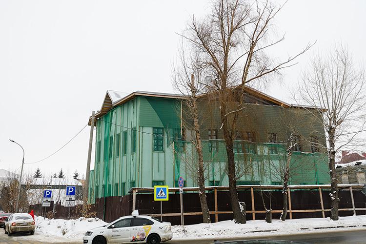 Пока на участке площадью 396 кв. метров по адресу Ахтямова, 2 возвышается новодел, который эксперты считают неуместным