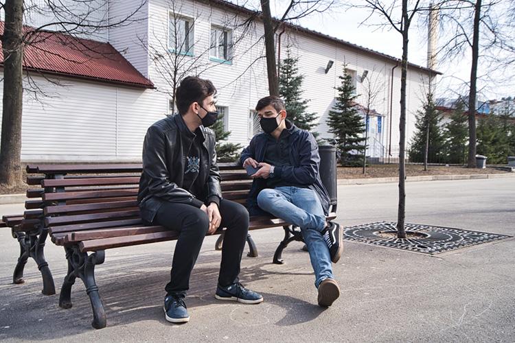 «Есть группа людей, особенно вМоскве, которые говорят только надомашней лексике, азаеепределами уже немогут изъясняться»