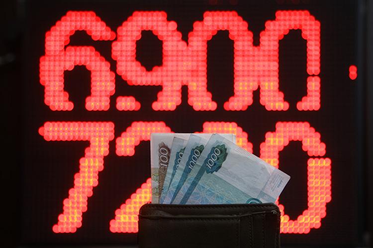 Вдекабре 2014 года произошел «черный вторник» срезким падением курса рубля, вответ начто ставка была резко повышена, с11% до17%, что позволило удержать капиталы врублевой зоне, без экстренного покидания таковой