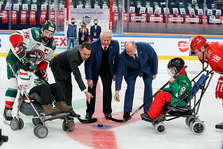 Капитаны своих команд—Данис ЗариповиИрек Гимаев— подъехали кцентру площадки, чтобы вместе сюными хоккеистами произвести почетное вбрасывание