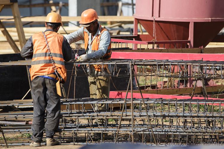 Многие застройщики жалуются надефицит металлопродукции, иондействительно есть. Строительство имеет сезонный характер, вхолода объем работ обычно снижается, поэтому трейдеры кзиме снижают запасы