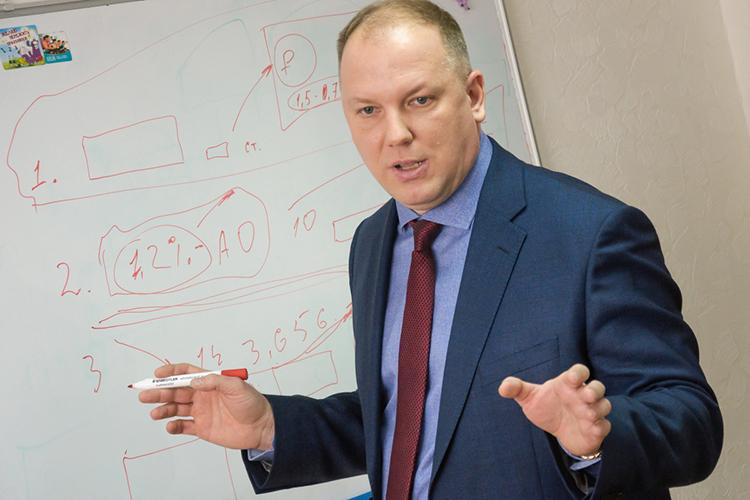 Михаил Золотухин: «Если вчера цена науслуги разнорабочего составляла 1800 рублей задень, тосегодня меньше, чем за2500 ненайти. Посмотрите объявления, даже огород вскопать выдешевле несможете»