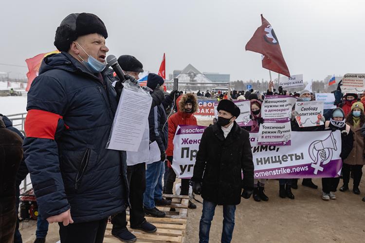 Марсель Шамсутдинов:«Мыслышим, как боится нас эта власть. Они специально дали нам место уцентрального стадиона, чтобы использовать звуковые установки иглушить наш митинг. Номынесдадимся!»