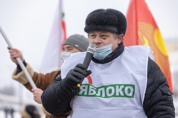 Насцене один заодним сменялись выступающие. Несмотря наразные флаги, мессидж умитингующих один: против Путина, нозаблаго народа, честные выборы, социальную справедливость иисключительно мирные методы борьбы