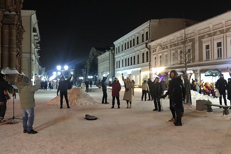 ВКазани наулицу сосветящимися огнями тоже выходили. Пока спальные районы привычно спали, поклонники Навального, света илюбви скромно показали себя наБаумана