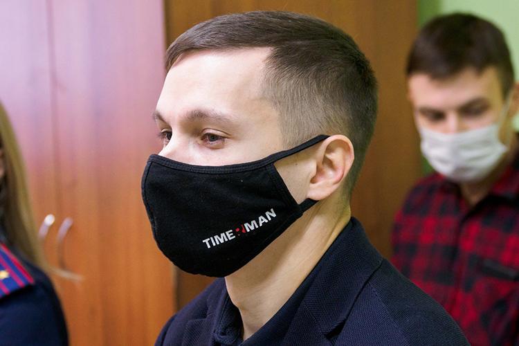 После заседания уЯнгирова заметно поднялось настроение— его улыбку нескрывала даже маска сбрендом Timerman. «Спасибо затакое внимание кмоей скромной персоне»