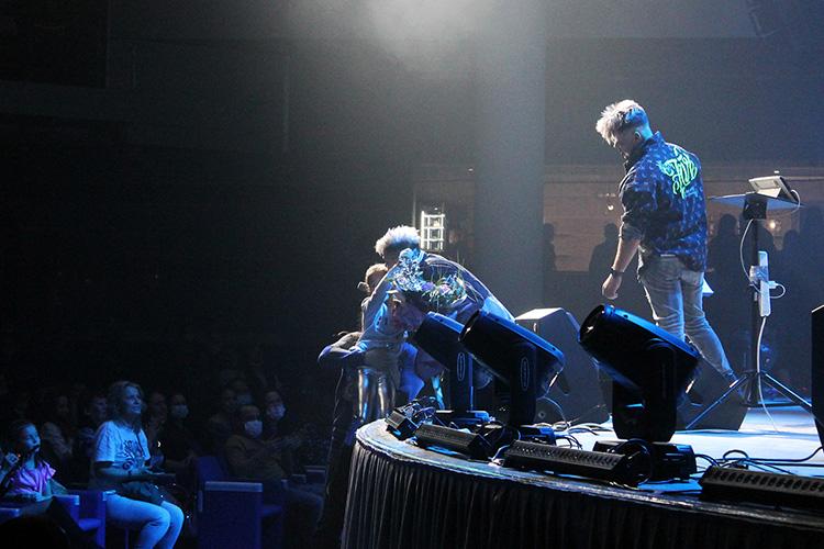 На концерте 9 декабря 2020 годавКДК «Пирамида»перед сценой быстро сформировалась толпа фанатов певца, с которыми он обнимался ицеловался