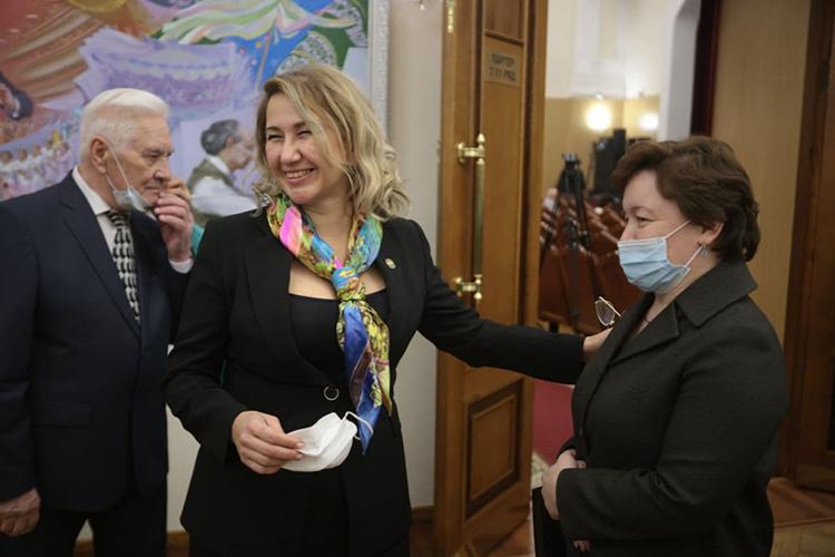 Тем временем, люди стали собираться взале филармонии, среди VIP-гостей замечены были министр культуры ТатарстанаИрада Аюпова