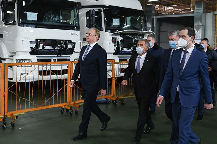 Сегодня Рустам Минниханов посетил КАМАЗ, где на площадке главного сборочного конвейера состоялось торжественное мероприятие, посвященное 45-летию со дня выпуска первого автомобиля