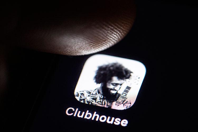 Clubhouse – это новая социальная сеть, запущенная в апреле 2020 года двумя выпускниками Стэнфорда и бывшими разработчиками Google Полом Дэвисоном и Роганом Сэтом