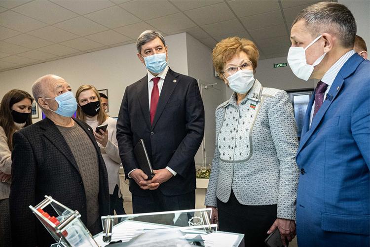 Нур Шакиров (слева) продемонстрировал специальные зонды, которые используются для тестирования накоронавирус