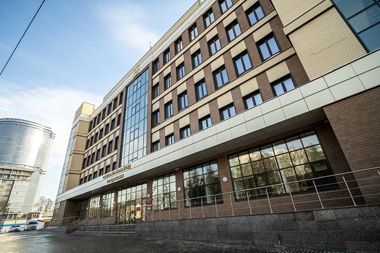 Совещание судей поитогам 2020 года прошло ведва-едва отстроенном здании Советского районного суда Казани. Вноябре 2019 года здесь были забиты первые сваи, авдекабре 2020 года объект, вкоридорах которого, как принято говорить, еще пахнет свежей краской, был сдан