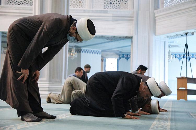 «Намаз несет всебе общий геном всей исламской культуры. Нодействует ониначе. Это прошивка сознания через телодвижения, телесность. Видимо, поэтому мусульманские богословы активно его пропагандировали ипропагандируют посей день»