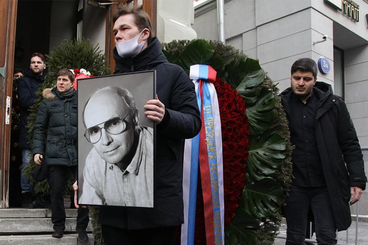 Похоронили Мягкова на Троекуровском кладбище Москвы