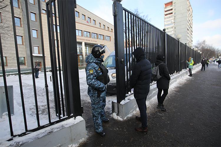 Полицейские заняли позиции попериметру Бабушкинского суда, автозаков ненаблюдалось, увхода толпилась куча журналистов, которые тоидело переговаривались между собой отом, как видели наподъезде кзданию авто сдипномерами