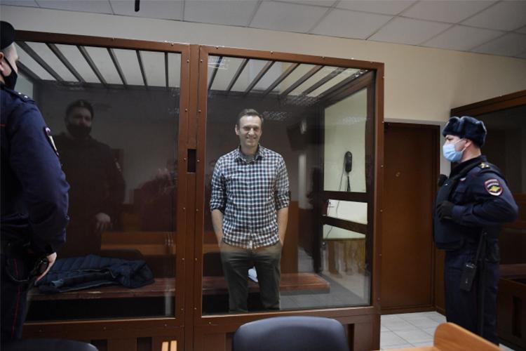 «Если бы я скрывался, я б не стоял в этом прекрасном аквариуме», — заявил Навальный, добавляя, что вернулся домой в Москву и, подчеркивая, не скрывался