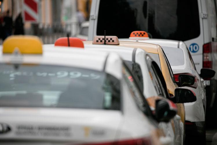 «Таксисты превратились в роботов и висят на проволочках как куколки»