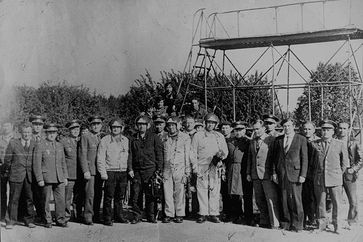 Алексей Никонов (пятый справа в первом ряду) по окончании своего последнего полета на Ту-22М3. Летно-испытательная станция Казанского авиазавода, 1983 год