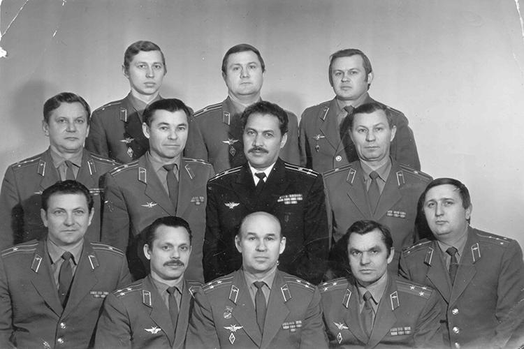 Летчики-испытатели военной приемки Казанского авиазавода (Алексей Никонов - третий слева в первом ряду). Казанский авиазавод, конец 70-х