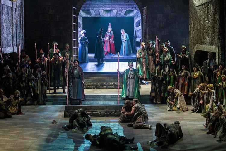 Среди медоточивых мюзикловых ариозо идуэтов татарская музыкальная лексика звучит как пронзительная экзотическая краска— исамые эффектные сцены оперы построены именно наней