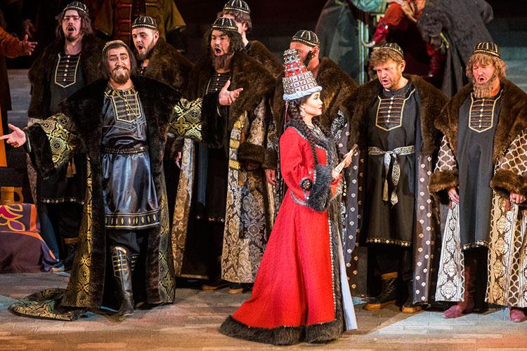Сюжетная модель романтической исторической оперы, ставшая основой для либретто «Сююмбике», здесь порождает сплошные недомолвки