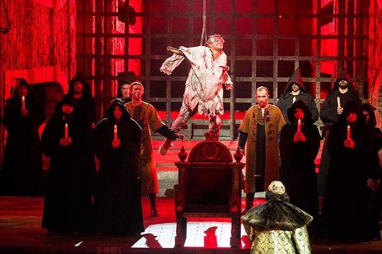 Большой опере необходимы большие фигуры, желательно с историческими прототипами, и к тому же совпадающие с драматургическими типажами — тиран, сластолюбец, молодой патриот, жертвенная женщина, невинное дитя