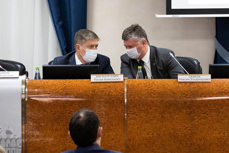 Вместе с Закировым вошли в зал и расположились в президиуме Рустам Нигматуллин (слева), Ильгиз Гилазов и Максим Скирда (справа)