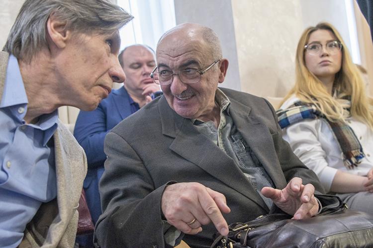 Александр Дембич (в центре): «Кто должен будет вкладываться вобустройство набережной? Как правило это делают застройщики. Вэтом отношении проект никуда негодится»
