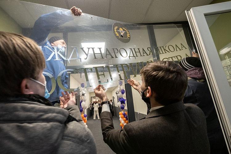Первая открытая школа — международная, где будут обучать азам гостеприимства, вторая — высшая школа ретейла