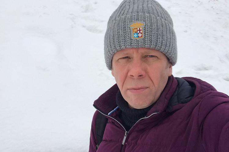 Бизнесмен (на фото Сергей Новиков) выжил, удары оказались несмертельными: упострадавшего наголове осталась ссадина отодного удара, аотвторого— сильный ушиб наплече