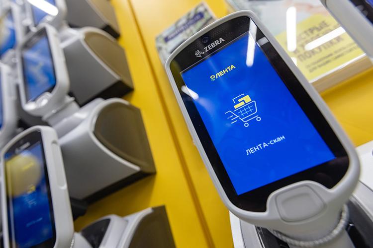 Мобильные сканеры размещены настенде увхода вторговый зал, каждый— всвоей ячейке
