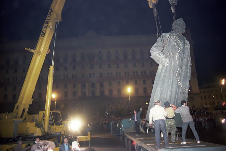 Демонтаж памятника Дзержинскому в Москве осуществлен по распоряжению Моссовета в ночь на 23 августа 1991 года после неудавшегося государственного переворота членами ГКЧП
