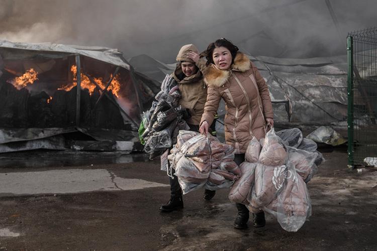 Трагедия произошла 11марта 2015 года. Пожар, вспыхнувший вторговом центре «Адмирал» вКировском районе Казани, унес жизни 19 человек