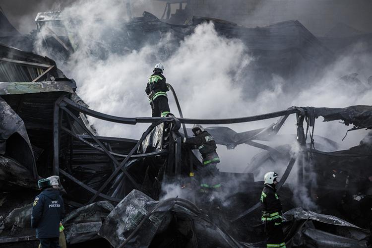С12 до13 часов дня начался пожар— сначала загорелись пенополистирол внутри сэндвич-панели ибитумная гидроизоляция. Затем огонь перекинулся внутрь здания, насклад, который доверху был забит товаром. Быстро потушить огонь неполучалось