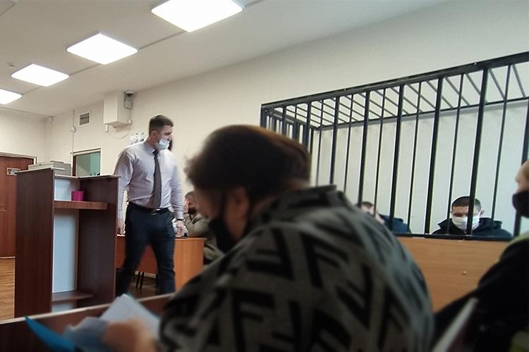 25февраля Беляевпришел всуд вкачестве свидетеля. Одним лишь грозным видом онмгновенно создал напряженную обстановку между ним иклеткой, вкоторой сидели братья
