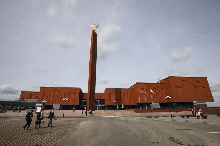 Уже полгода работает Национальная библиотека РТвсвоем новом главном здании— открывшемся после капитального ремонта бывшемНКЦ.Там есть все, кроме… выдачи книг